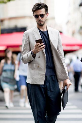 Comment porter: blazer croisé en lin beige, t-shirt à col rond bleu marine, pantalon chino en lin bleu marine, pochette en cuir noire