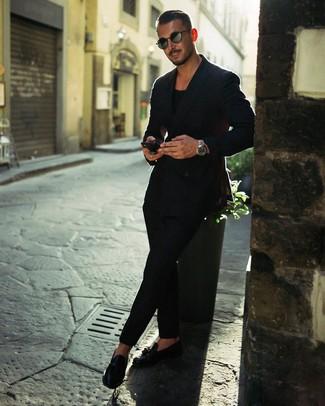 Comment porter: blazer croisé noir, t-shirt à col rond noir, pantalon chino noir, mocassins à pampilles en cuir noirs