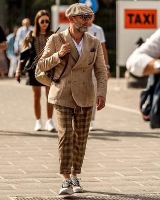 Comment porter: blazer croisé marron clair, t-shirt à col rond blanc, pantalon chino écossais marron, chaussures de sport beiges