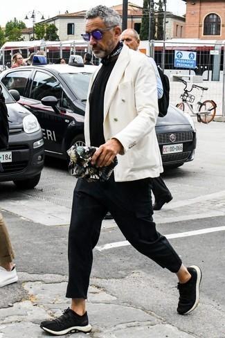 Comment porter un bandana: Associe un blazer croisé blanc avec un bandana pour une tenue idéale le week-end. Si tu veux éviter un look trop formel, fais d'une paire de des chaussures de sport noires ton choix de souliers.