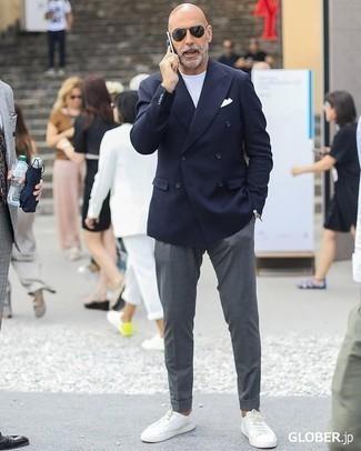 Comment porter une montre argentée: Associe un blazer croisé bleu marine avec une montre argentée pour une tenue idéale le week-end. Une paire de des baskets basses en cuir blanches est une option astucieux pour complèter cette tenue.