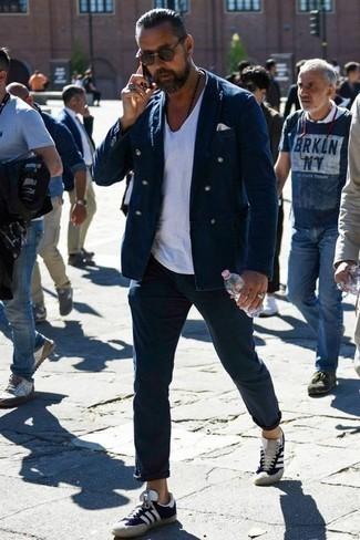 Comment porter des baskets: Essaie d'harmoniser un blazer croisé bleu marine avec un pantalon chino bleu marine pour aller au bureau. Jouez la carte décontractée pour les chaussures et fais d'une paire de des baskets ton choix de souliers.