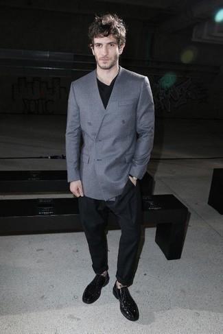Comment porter des chaussures derby en cuir noires: Associe un blazer croisé bleu clair avec un pantalon chino noir pour un look idéal au travail. Apportez une touche d'élégance à votre tenue avec une paire de des chaussures derby en cuir noires.