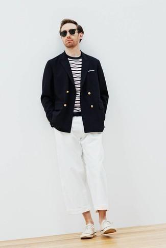 Comment porter un pantalon chino blanc: Essaie d'associer un blazer croisé bleu marine avec un pantalon chino blanc pour créer un look chic et décontracté. Si tu veux éviter un look trop formel, complète cet ensemble avec une paire de des baskets basses en toile blanches.