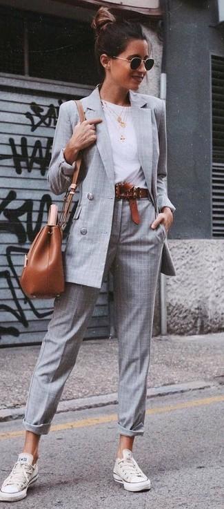 Comment porter: blazer croisé à carreaux gris, t-shirt à col rond blanc, pantalon de costume écossais gris, baskets basses blanches