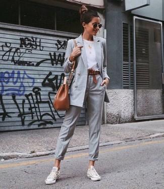 Comment porter: blazer croisé à carreaux gris, t-shirt à col rond blanc, pantalon de costume écossais gris, baskets basses en toile blanches