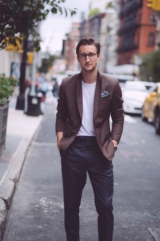 Comment porter: blazer croisé marron foncé, t-shirt à col rond blanc, pantalon de costume noir, pochette de costume à fleurs bleu marine