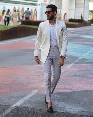 Comment porter: blazer croisé beige, t-shirt à col rond blanc, pantalon de costume gris, slippers en cuir noirs