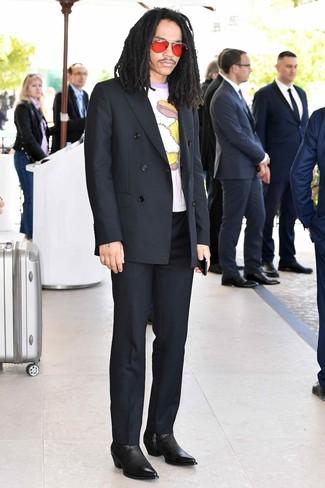 Comment porter: blazer croisé noir, t-shirt à col rond imprimé blanc, pantalon de costume noir, bottines chelsea en cuir noires