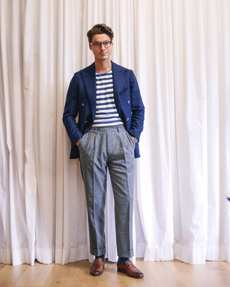 Tenue: Blazer croisé en laine bleu marine, T-shirt à col rond à rayures horizontales blanc et bleu marine, Pantalon de costume en laine gris, Slippers en cuir marron