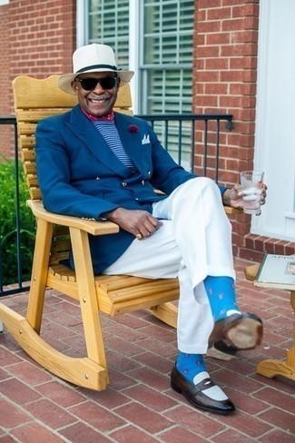 Comment porter un bandana rouge et blanc: Essaie de marier un blazer croisé bleu avec un bandana rouge et blanc pour un look de tous les jours facile à porter. Jouez la carte classique pour les chaussures et choisis une paire de des slippers en cuir marron foncé.