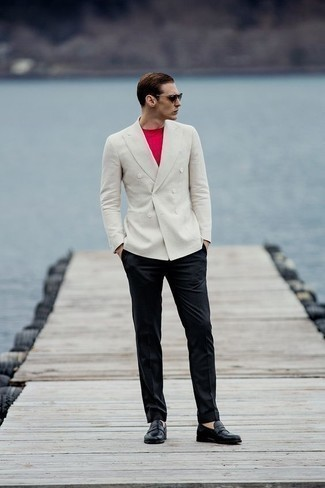 Comment porter un pantalon de costume: Opte pour un blazer croisé blanc avec un pantalon de costume pour un look pointu et élégant. Jouez la carte décontractée pour les chaussures et opte pour une paire de des slippers en cuir noirs.