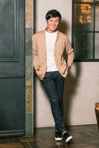 Comment porter un blazer croisé marron clair: Opte pour un blazer croisé marron clair avec un pantalon de costume gris foncé pour une silhouette classique et raffinée. Mélange les styles en portant une paire de des slippers en cuir noirs.