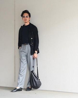 Comment porter un t-shirt à col rond noir pour un style elégantes: Marie un t-shirt à col rond noir avec un pantalon de costume gris si tu recherches un look stylé et soigné. Une paire de des mocassins à pampilles en cuir noirs apportera une esthétique classique à l'ensemble.