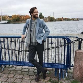 Tendances mode hommes: Harmonise un blazer croisé bleu clair avec un pantalon de costume gris foncé pour dégager classe et sophistication. Tu veux y aller doucement avec les chaussures? Complète cet ensemble avec une paire de mocassins à pampilles en cuir marron foncé pour la journée.