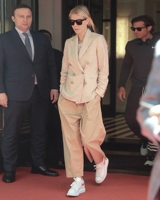 Comment s'habiller après 40 ans: Pense à porter un blazer croisé beige et un pantalon large marron clair pour achever un look habillé mais pas trop. Si tu veux éviter un look trop formel, opte pour une paire de des baskets basses en cuir blanches.