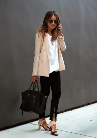 Comment porter: blazer croisé beige, t-shirt à col rond blanc, pantalon slim noir, sandales à talons en cuir beiges