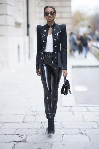 Comment porter: blazer croisé noir, t-shirt à col rond blanc, pantalon slim en cuir noir, bottines en velours noires