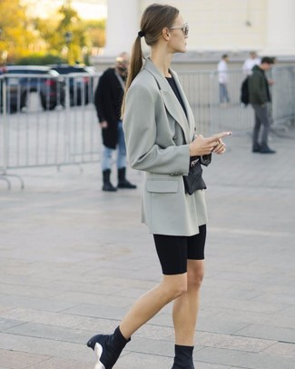 Comment porter: blazer croisé gris, t-shirt à col rond noir, short cycliste noir, bottines élastiques noires