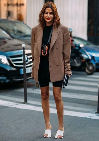 Comment porter: blazer croisé marron, t-shirt à col rond noir, short cycliste noir, mules en cuir blanches