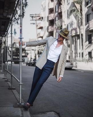 Comment porter: blazer croisé gris, t-shirt à manche longue et col boutonné blanc, pantalon de costume bleu marine, slippers en daim marron foncé