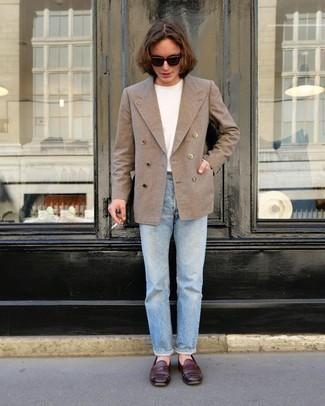 Comment porter un blazer croisé marron clair: Quelque chose d'aussi simple que d'harmoniser un blazer croisé marron clair avec un jean bleu clair peut te démarquer de la foule. Habille ta tenue avec une paire de des slippers en cuir bordeaux.