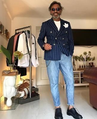 Comment porter un jean bleu clair: Associe un blazer croisé à rayures verticales bleu marine avec un jean bleu clair pour prendre un verre après le travail. Opte pour une paire de des chaussures derby en cuir noires pour afficher ton expertise vestimentaire.