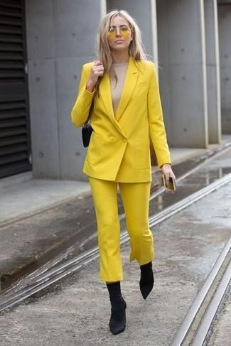 Comment porter: blazer croisé jaune, t-shirt à manche longue beige, jupe-culotte jaune, bottines élastiques noires