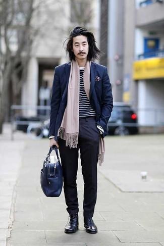 Comment porter un pantalon de costume bleu marine: Harmonise un blazer croisé bleu marine avec un pantalon de costume bleu marine pour un look classique et élégant. D'une humeur créatrice? Assortis ta tenue avec une paire de des bottes habillées en cuir bleu marine.