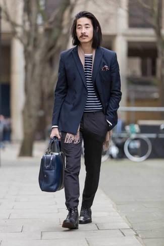 Comment porter une écharpe marron clair: Essaie d'harmoniser un blazer croisé bleu marine avec une écharpe marron clair pour un look de tous les jours facile à porter. Une paire de des bottes de loisirs en cuir noires apportera une esthétique classique à l'ensemble.