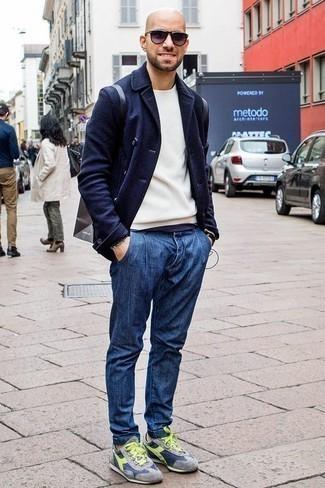 Comment porter un sac à dos en cuir noir: Essaie d'harmoniser un blazer croisé en laine bleu marine avec un sac à dos en cuir noir pour un look de tous les jours facile à porter. D'une humeur créatrice? Assortis ta tenue avec une paire de des chaussures de sport grises.