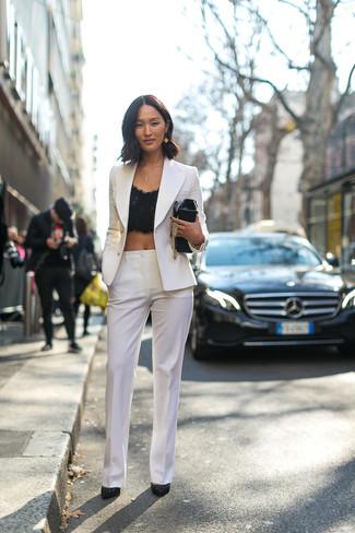 Comment porter: blazer croisé blanc, top court en dentelle noir, pantalon de costume blanc, escarpins en daim ornés noirs