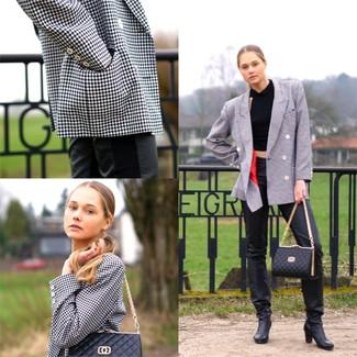 Comment porter: blazer croisé à carreaux blanc et noir, top court noir, pantalon slim en cuir noir, bottes hauteur genou en cuir noires