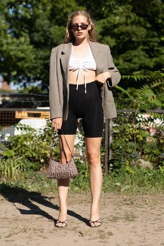 Comment porter: blazer croisé à carreaux marron, top court blanc, short cycliste noir, mules en cuir noires