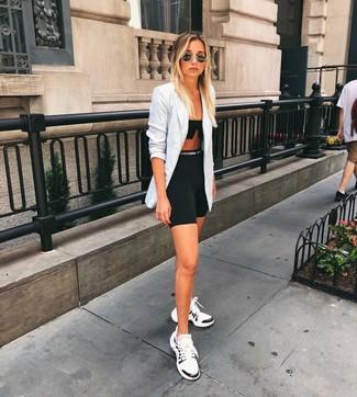 Comment porter: blazer croisé écossais gris, top court noir, short cycliste noir, chaussures de sport blanches et noires