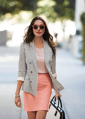 Comment porter: blazer croisé à rayures verticales blanc et noir, top sans manches rose, jupe crayon rose, cartable en cuir blanc et noir