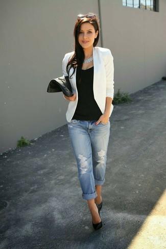 Opte pour un blazer blanc avec un jean boyfriend déchiré bleu clair pour créer un style chic et glamour. Une paire de des escarpins en cuir noirs est une façon simple d'améliorer ton look.