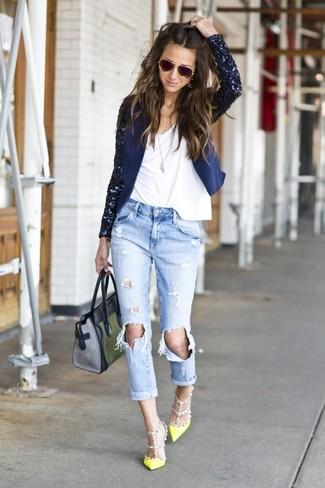 Choisis un blazer pailleté bleu marine et un jean boyfriend déchiré bleu clair pour un look idéal le week-end. Une paire de des escarpins en cuir jaunes rendra élégant même le plus décontracté des looks.