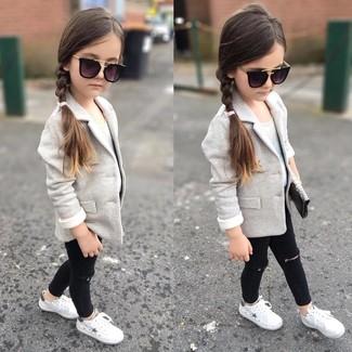 Comment porter: blazer gris, débardeur blanc, jean noir, baskets blanches