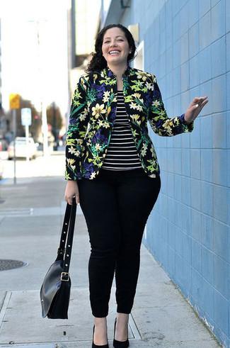 Comment porter: blazer à fleurs noir, débardeur à rayures horizontales noir et blanc, jean skinny noir, escarpins en daim noirs