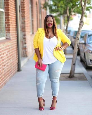 Comment porter: blazer jaune, débardeur blanc, jean skinny déchiré bleu clair, sandales à talons en cuir fuchsia