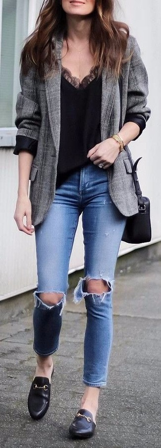 Comment porter: blazer écossais gris, débardeur en dentelle noir, jean skinny déchiré bleu, slippers en cuir noirs