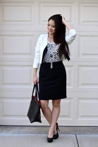 Comment porter: blazer blanc et noir, débardeur imprimé léopard blanc et noir, jupe crayon noire, escarpins en cuir noirs