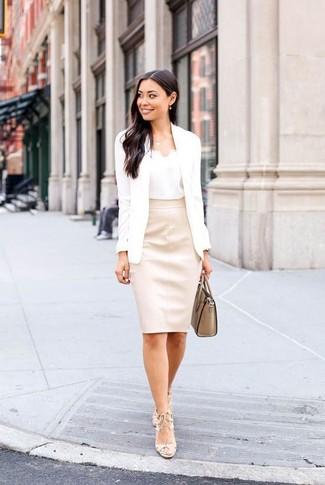 Comment porter: blazer blanc, débardeur en soie blanc, jupe crayon en cuir beige, sandales à talons en cuir beiges