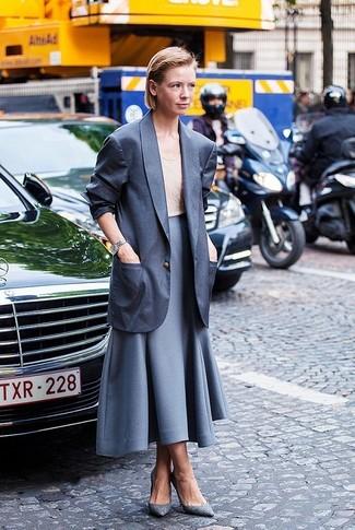 Comment porter: blazer gris foncé, débardeur beige, jupe évasée grise, escarpins en cuir gris