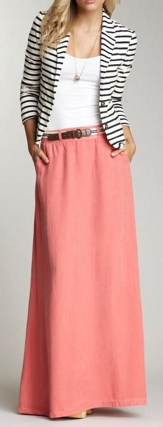 Comment porter: blazer à rayures horizontales blanc et noir, débardeur blanc, jupe longue rose, ceinture à rayures horizontales blanche et noire