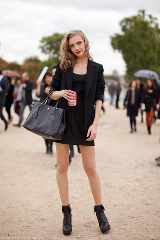 Comment porter: blazer noir, débardeur noir, minijupe noire, bottines à lacets en cuir noires