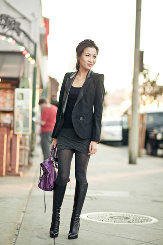 Comment porter: blazer noir, débardeur noir, minijupe gris foncé, bottes hauteur genou en cuir noires