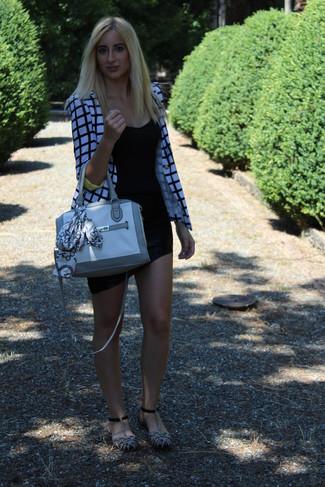 Comment porter: blazer écossais blanc et noir, débardeur noir, minijupe noire, sandales plates en daim grises