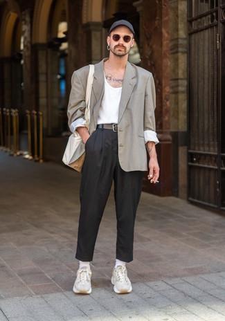Comment porter un pantalon chino noir: Harmonise un blazer à carreaux beige avec un pantalon chino noir pour créer un look chic et décontracté. Une paire de des chaussures de sport beiges apportera un joli contraste avec le reste du look.